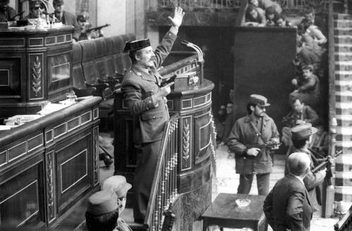 El Teniente Coronel Tejero en la tribuna de oradores del Congreso de los diputados durante el intento de golpe de estado del 23 de febrero de 1981.